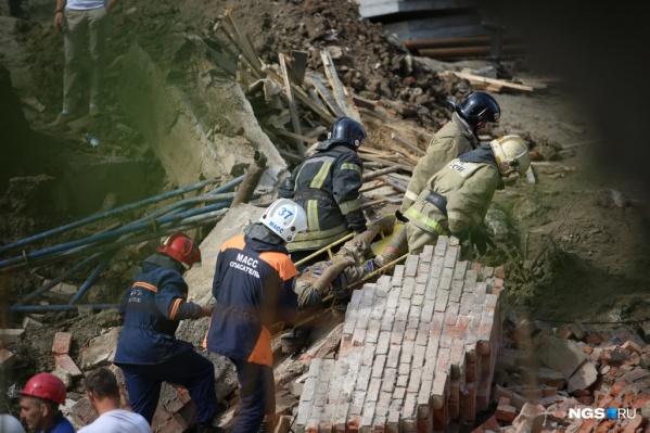 Спасатели достают из-под завалов рабочих