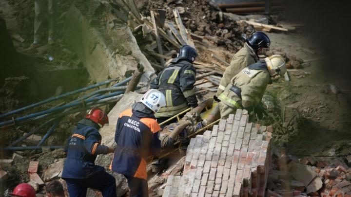На улице Ударной рухнула стена на стройке: 2 человека погибли, 12 под завалами