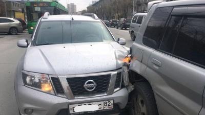 Водитель Nissan испугался и врезался в Mitsubishi