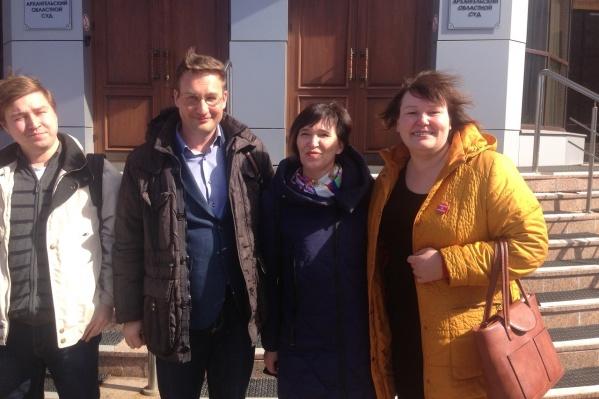 В желтой куртке — юрист Оксана Владыка, слева