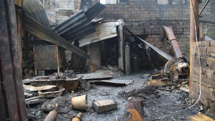 В МЧС назвали причину большого пожара в цехе переработки пластика у Мамаева кургана