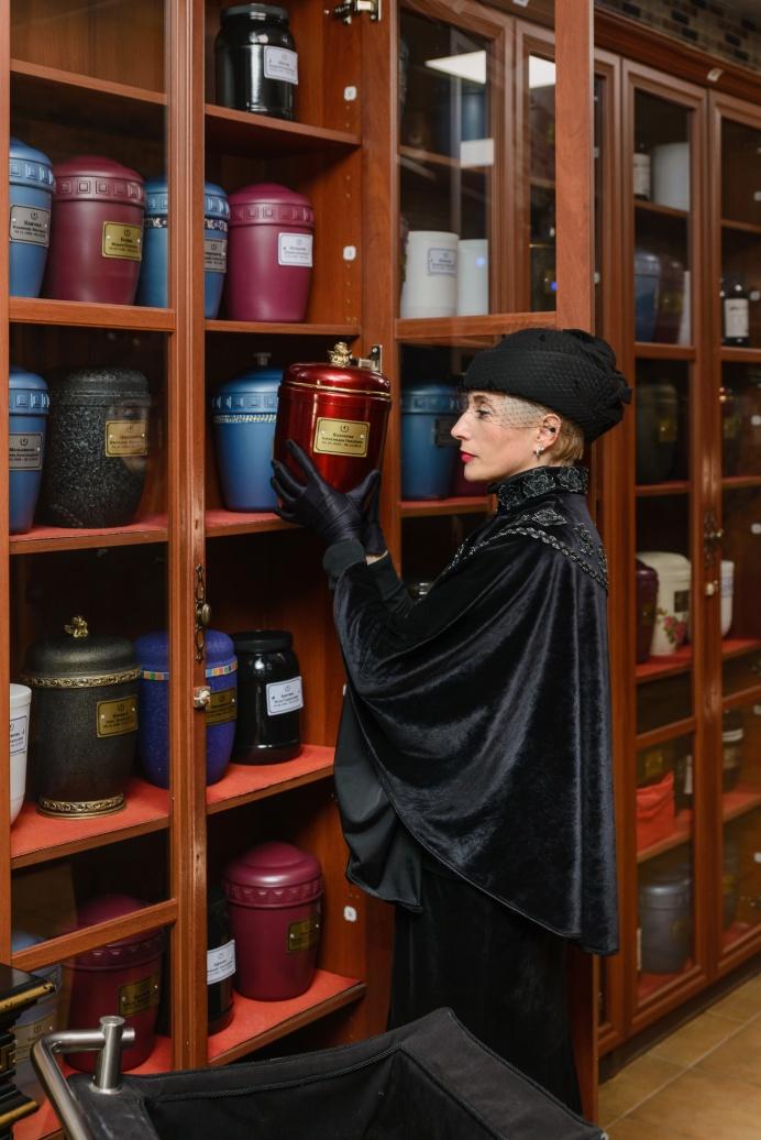 Церемонимейстер производит регистрацию урн с прахом на временное хранение