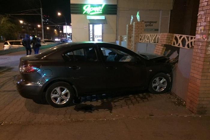 Mazda врезалась в забор на перекрёстке Вертковской и Станиславского