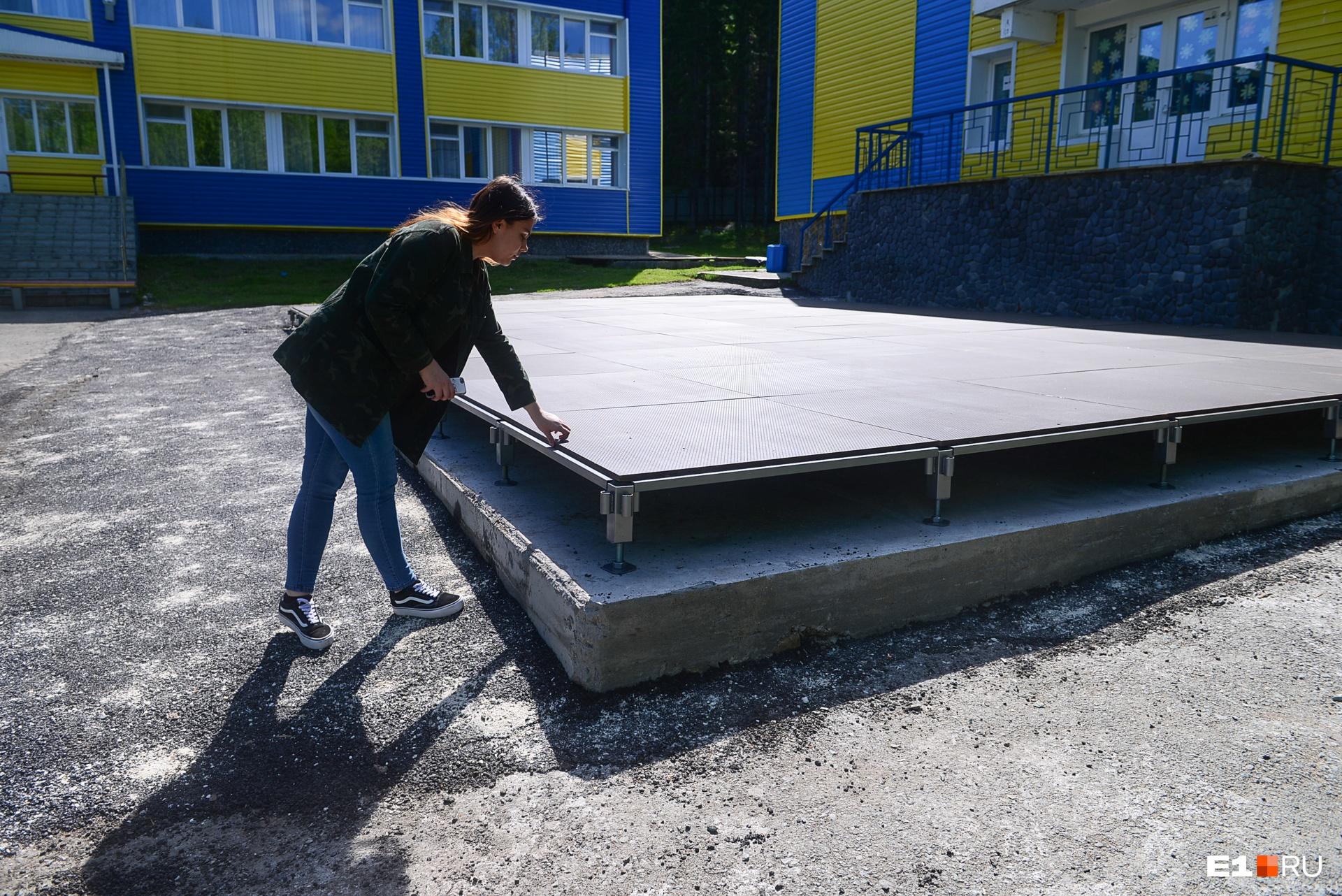 К этому лету установили новую сцену из фанеры на бетонном основании