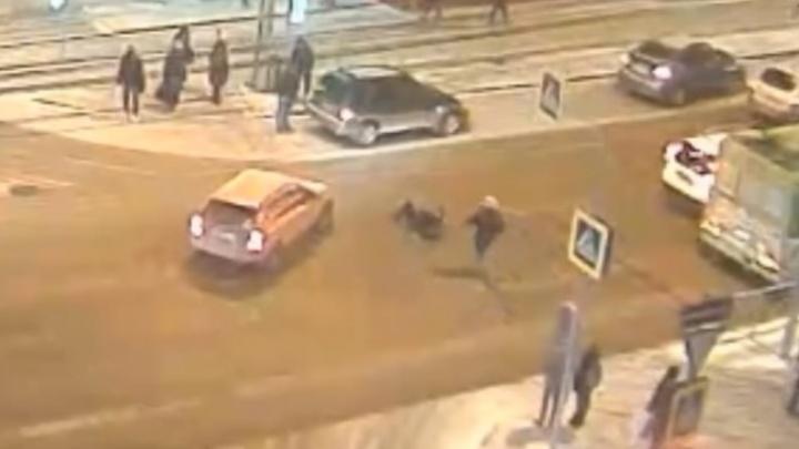 «Хороший актёр или стало плохо»: идущий на красный пешеход упал перед авто на Маркса