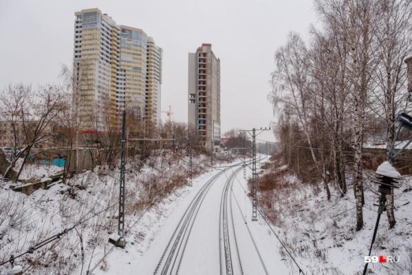 Это участок железнодорожной ветки вдоль набережной Камы