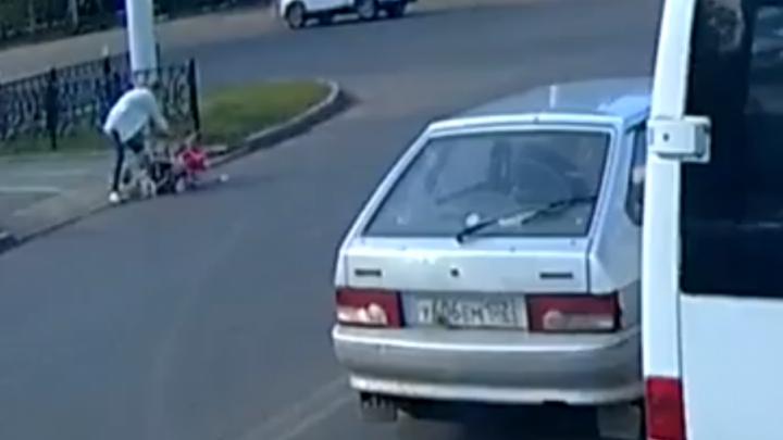 Жительница Башкирии уронила коляску с ребёнком на проезжей части