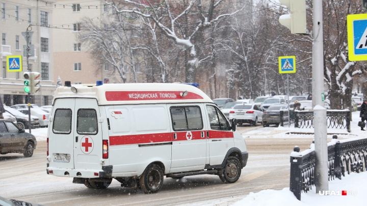 Завязла в «каше»: в Уфе очевидец снял на видео, как скорая пытается проехать на вызов к больному