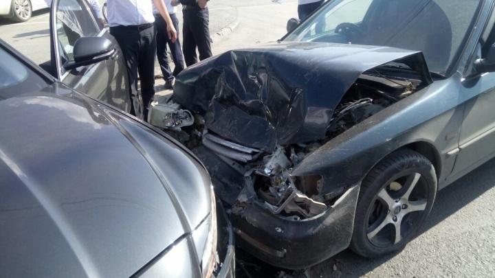 Перепутавшая педали девушка разбила «Ягуар» на выезде из автосалона