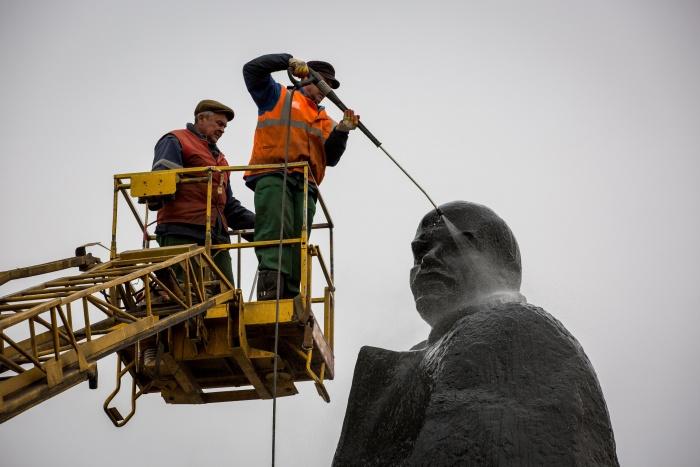 Чистка памятника Ленину