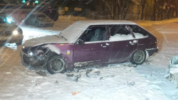 В Екатеринбурге два ВАЗа после столкновения отбросило на тротуар