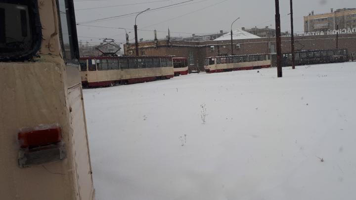 На Северо-Западе Челябинска у трамвая отвалился тормоз. На кольце скопилось больше десятка вагонов