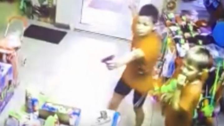 Мать маленького гангстера объяснила, почему её сын напал на продавца игрушек