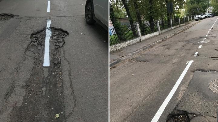 «Спасибо, теперь ездить легче будет!»: в Ярославле нанесли разметку на разбитую в хлам дорогу