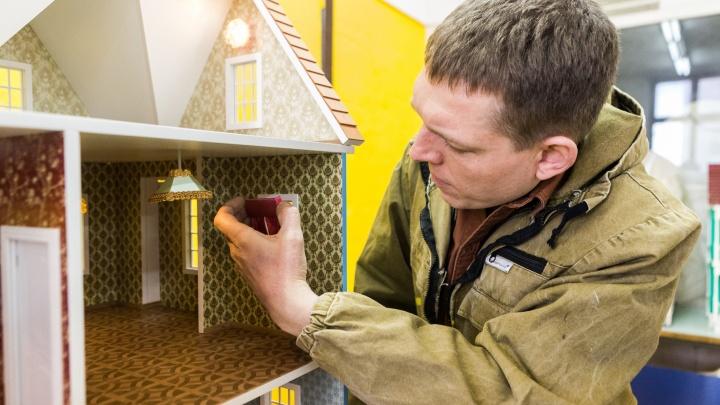 Маленький, но милый бизнес: сибиряк строит безумно дорогие кукольные домики и продает их за границу