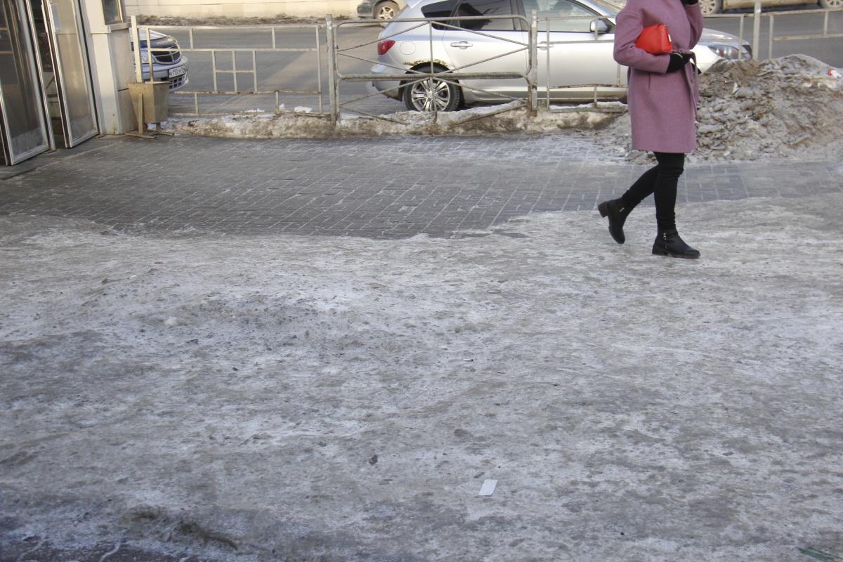 Тротуары сейчас почищены частично — например, возле выхода метро на Маркса
