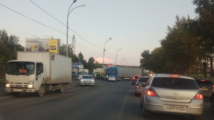 Приехали ГИБДД, скорая и МЧС: на Шефской столкнулись два грузовика