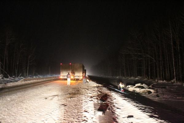 После столкновения с грузовиком Audi улетела в кювет<br>
