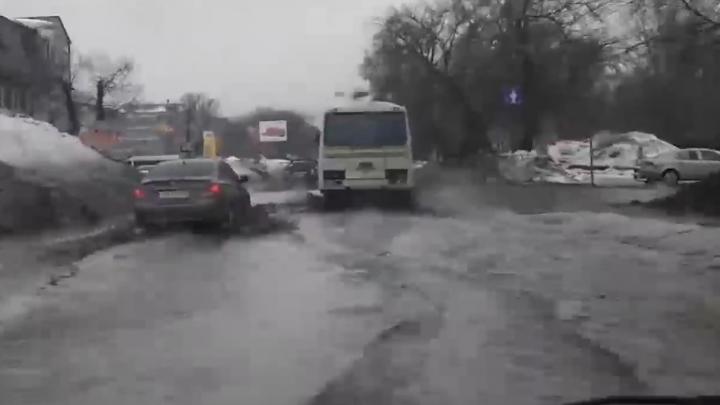 «Зубчага» поплыла: самарские автомобилисты сняли огромные лужи на Зубчаниновском шоссе