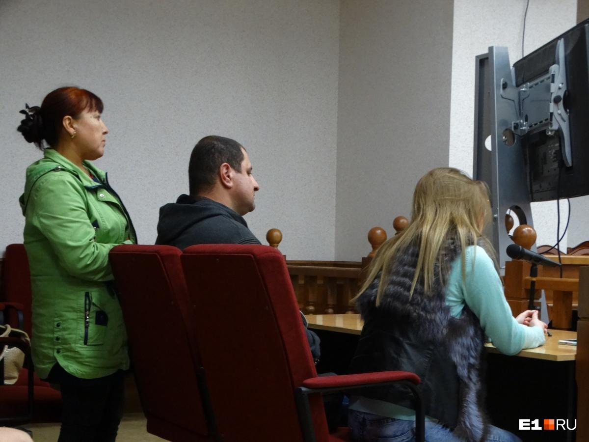 Пострадавшие (слева в зеленой куртке — Нодира Холикова) будут требовать для подсудимых самого строгого наказания