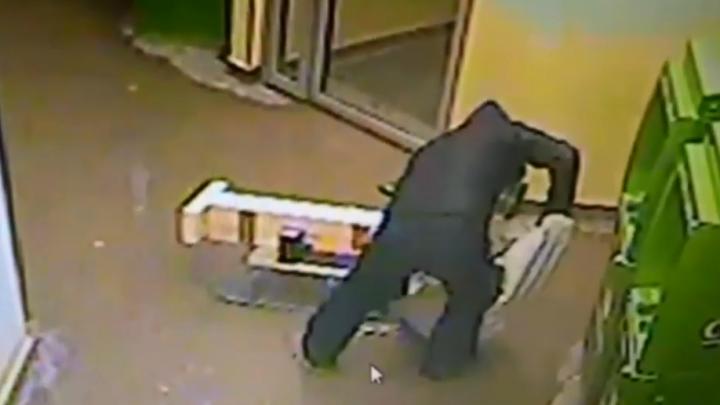 Пермяка, который пытался разгромить банкомат кувалдой, приговорили к двум годам колонии