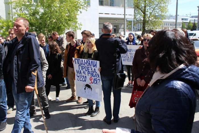 У станции «Площадь 1905 года» студенты устроили митинг против повышения цен на проезд в метро