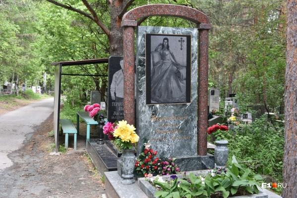 Шикарных цыганских надгробий на Нижне-Исетском кладбище немало