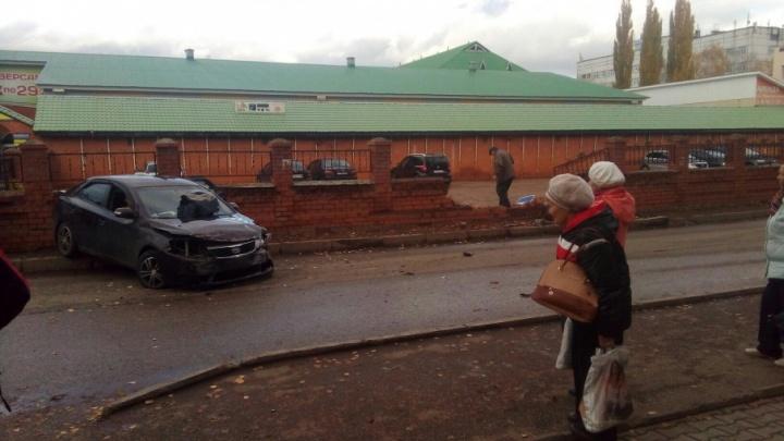 В Башкирии иномарка снесла кирпичный забор стоянки: пострадала пассажирка
