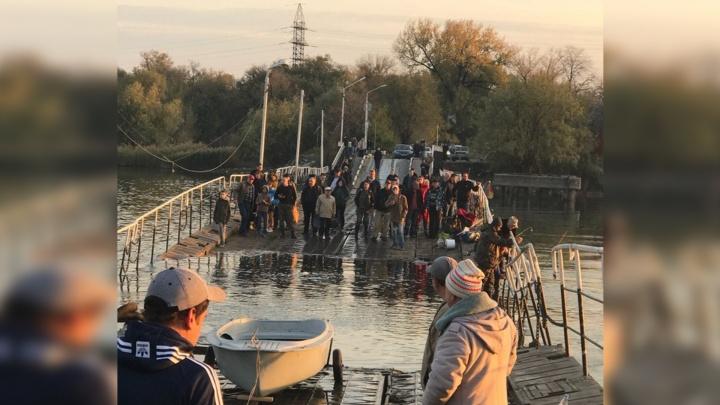 «Титаник» Зелёного острова: в Ростове затонул понтонный мост, на котором находятся люди