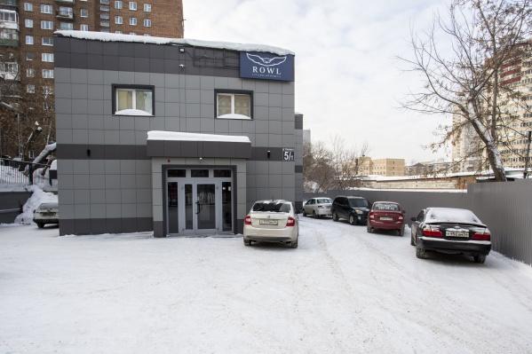 Фирма, которая продаёт новые машины по цене в 2 раза ниже рыночной, находится в административном здании на улице Богдана Хмельницкого
