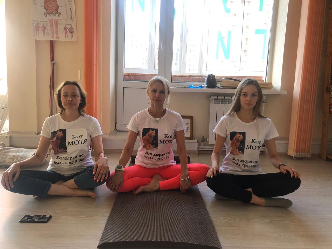 Хозяйка кота Ульяна Храмова (на фото слева) с радостью отреагировала на предложение провести акцию, поскольку считает, что огласка сейчас очень важна