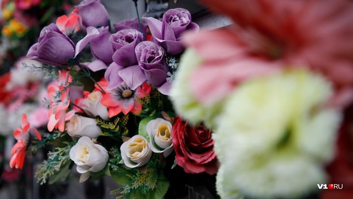«Вынесли больше тысячи»: в Волгограде семейная пара воровала свежие венки и выдавала их за новые