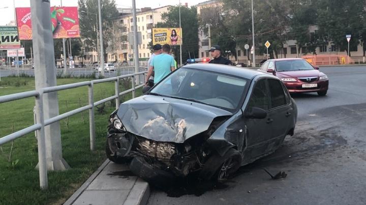 «Обломки разбросало по газону»: в Самаре водитель Lada Kalina врезался в ограждения у «Современника»