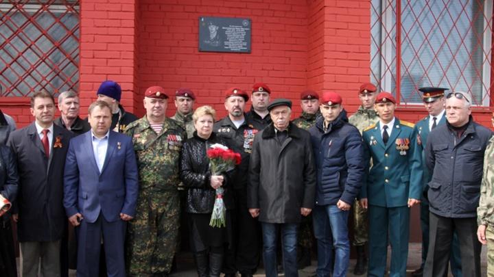 В Новосибирске открыли мемориальную доску погибшему в Чечне Герою России