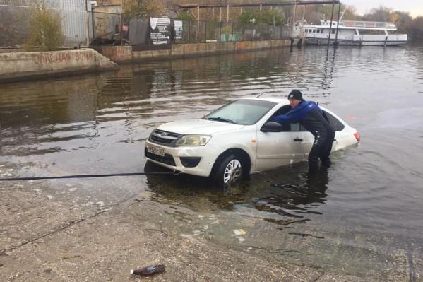 Как машина попала в водоем, предстоит выяснить следователям