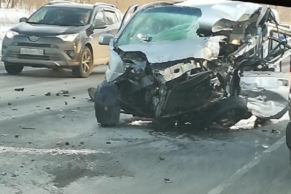 В ДТП сошлись три машины, включая фуру