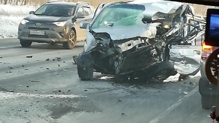 Авария с фурой парализовала движение по федеральной трассе под Новосибирском