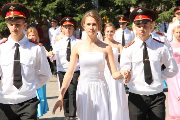 На площади собрались сотни выпускников и выпускниц