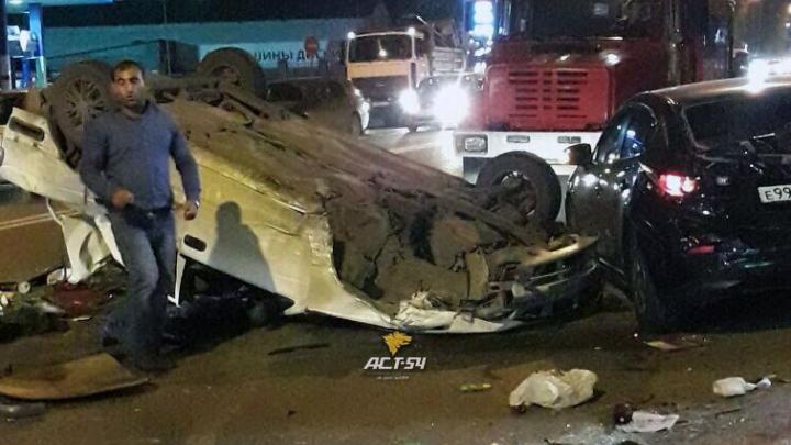 Nissan лёг на крышу после столкновения с двумя авто на Никитина
