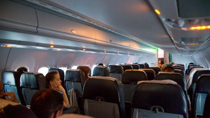 Пассажир самолета пересел в бизнес-класс из эконома. Его забрала полиция