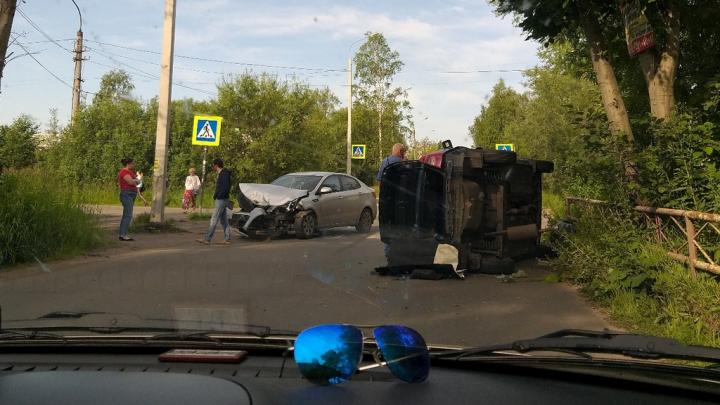 Такси перевернуло на бок: в Архангельске столкнулись две иномарки
