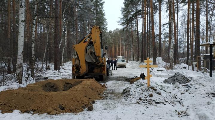 «Дойдет до крови»: на дороге посреди Широкореченского кладбища вырыли еще одну могилу