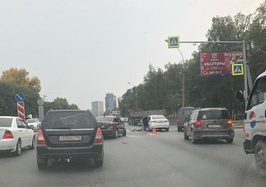 Авария с такси перегородила две полосы на Немировича-Данченко