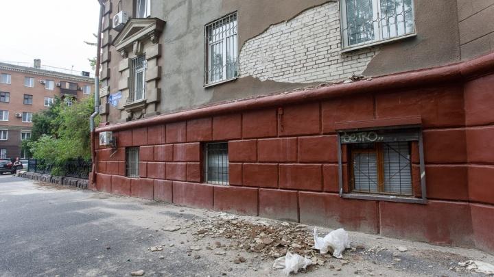 В центре Волгограда на тротуар рухнул кусок стены