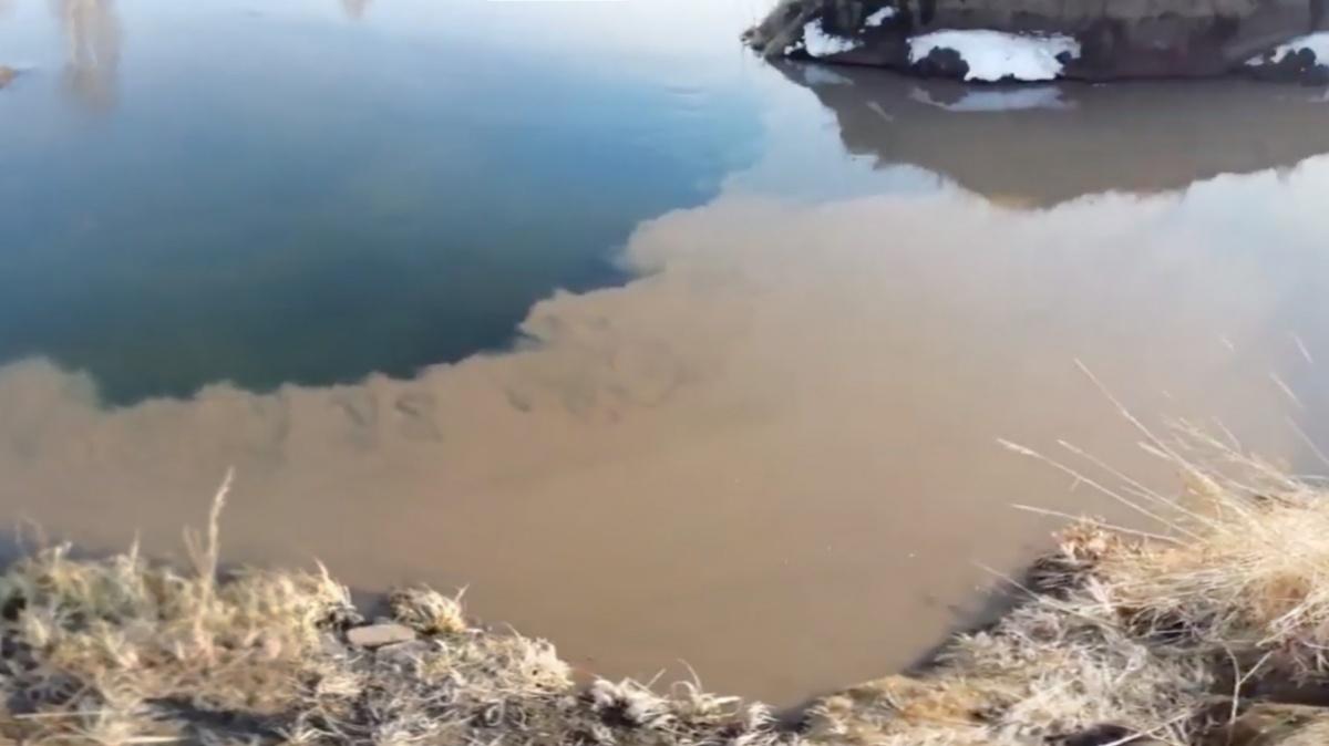 Стоки с глиной смешиваются с чистой водой