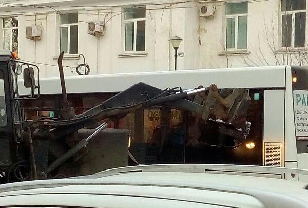 «Ковш пролетел над головой»: в центре Самары трактор протаранил автобус