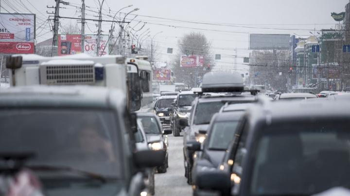 По Новосибирской ГЭС растянулась 7-километровая пробка