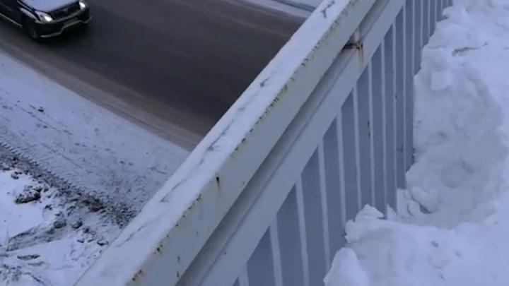 «Ежегодное обращение»: уфимка сняла на видео мост, где люди каждую зиму рискуют жизнями