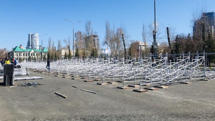 По традиции — красные: на площади Куйбышева начали устанавливать трибуны