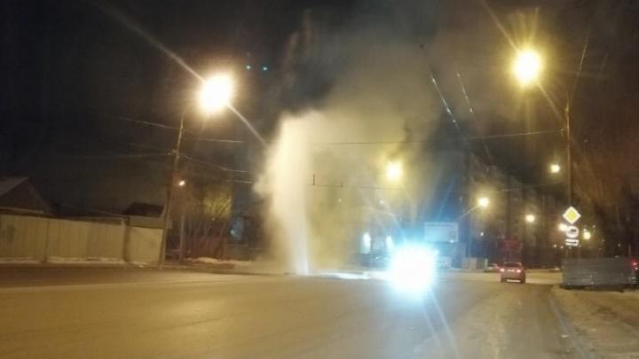 На Уралмаше прямо из-под земли забил фонтан горячей воды: публикуем видео